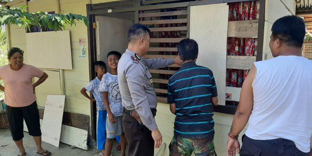 Waka Polres Kotamobagu Bantu Perbaiki Rumah yang dirusak Warga