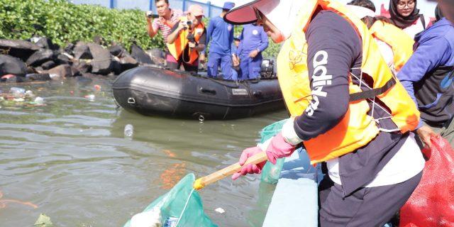 Ny Tri Tito Karnavian Angkat Sampah di Manado