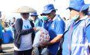 Ny Tri Tito Karnavian Serahkan Bantuan ke Petugas Kebersihan