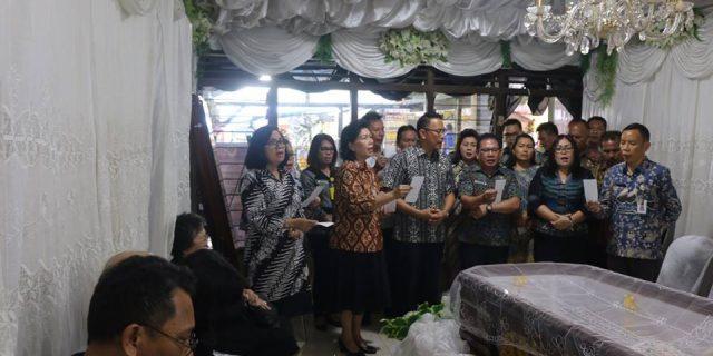 Walikota Eman Melayat di Rumah Duka Atas Meninggalnya Alm Adelheit Doratea Luisa